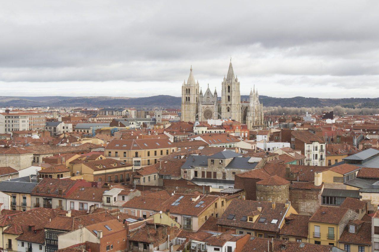 Tejados de la ciudad y Catedral de León
